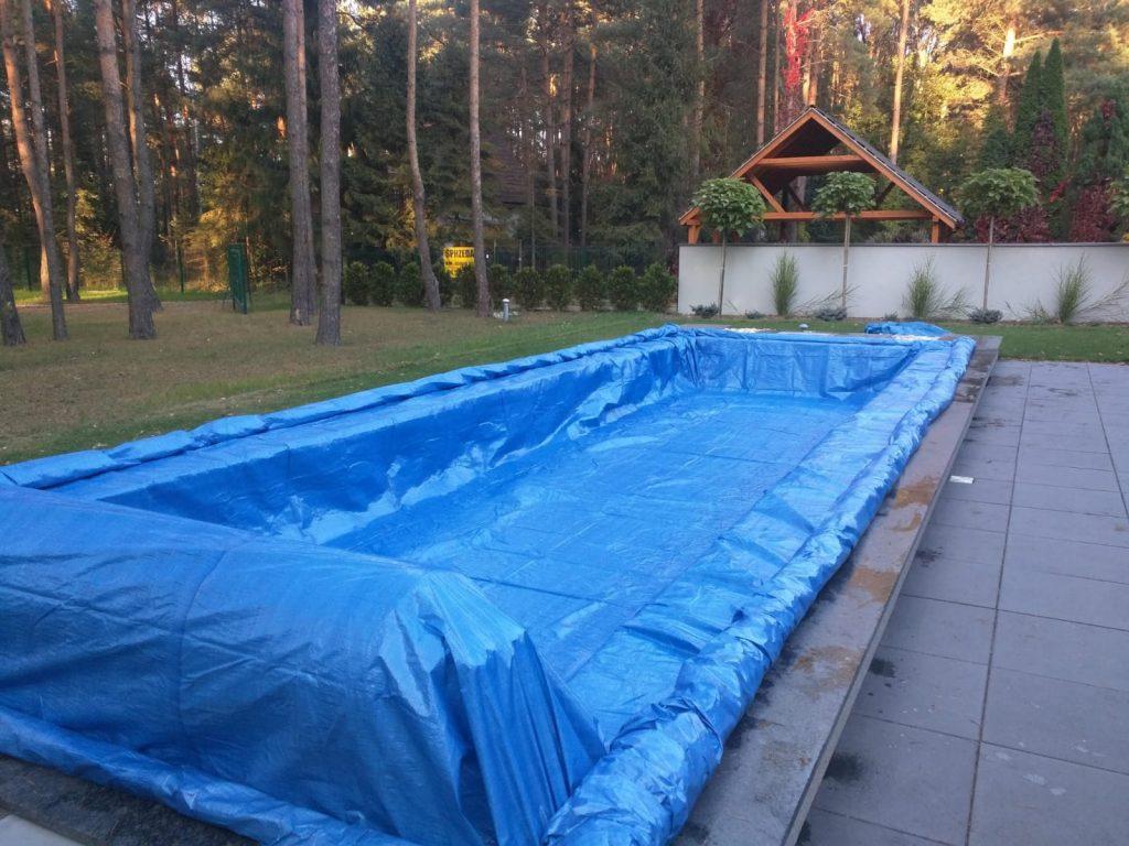 basen przykryty folią przedzimą